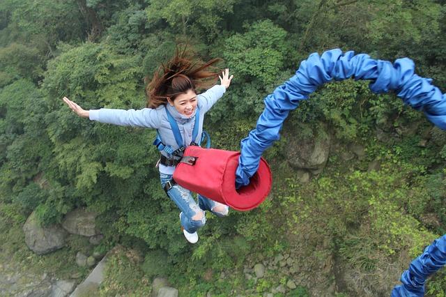 žena skákající bungee jumping